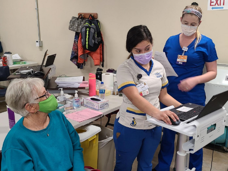 UMKC Nursing Students Assist in Vaccine Rollout